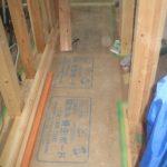床貼り後に養生ボード貼り